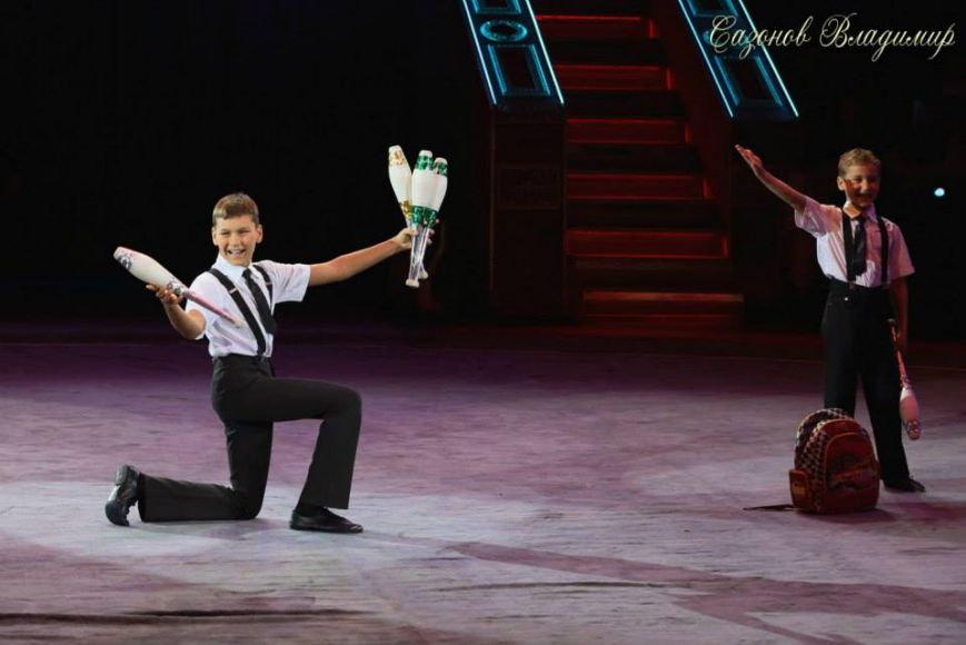 Юные артисты цирка - ялтинские  братья жонглеры Александр и Алексей Сычевы представляют..., фото-3