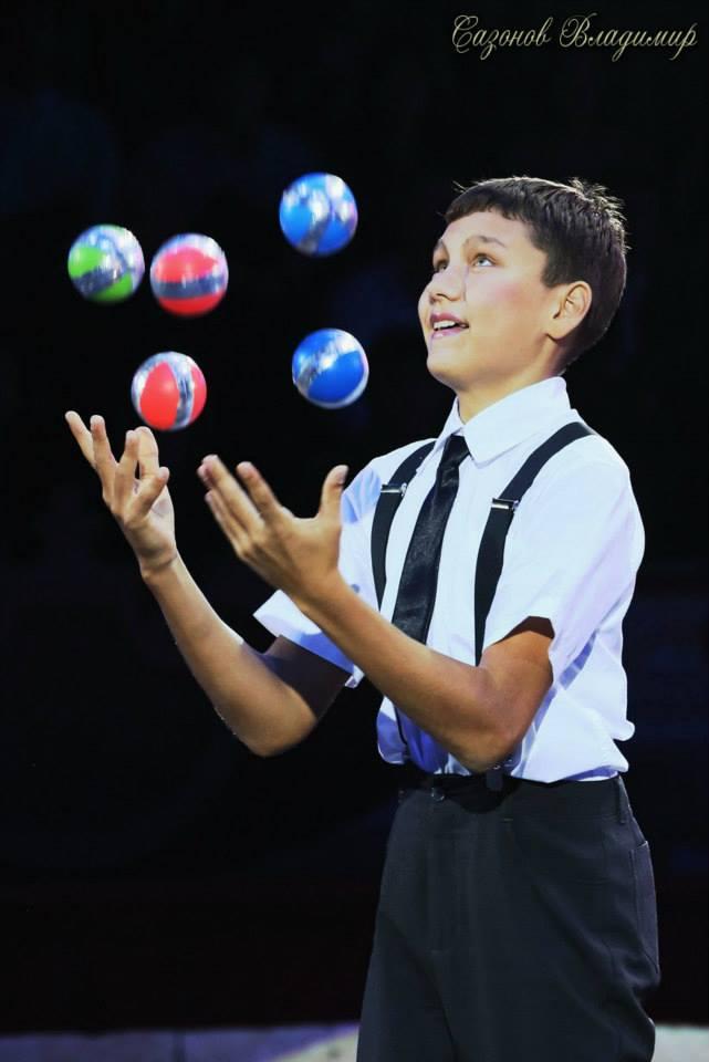 Юные артисты цирка - ялтинские  братья жонглеры Александр и Алексей Сычевы представляют..., фото-4
