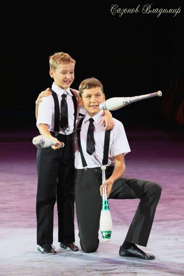 Юные артисты цирка - ялтинские  братья жонглеры Александр и Алексей Сычевы представляют..., фото-2