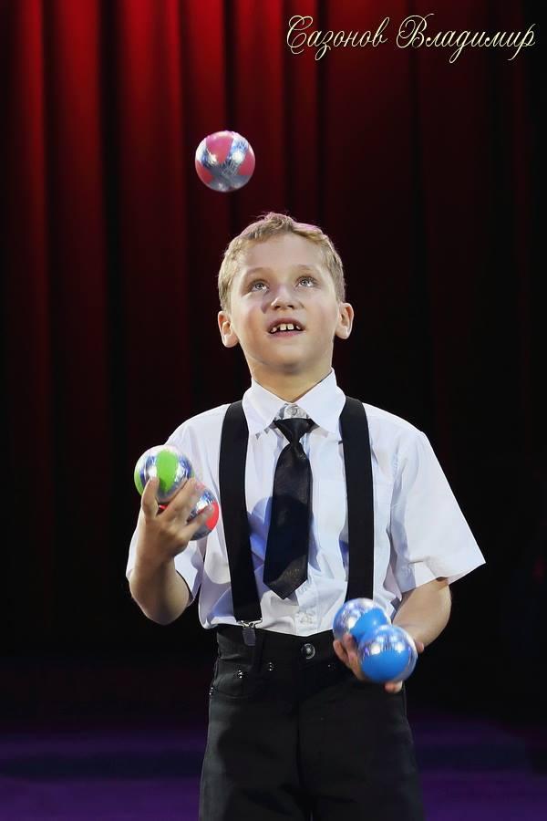 Юные артисты цирка - ялтинские  братья жонглеры Александр и Алексей Сычевы представляют..., фото-6