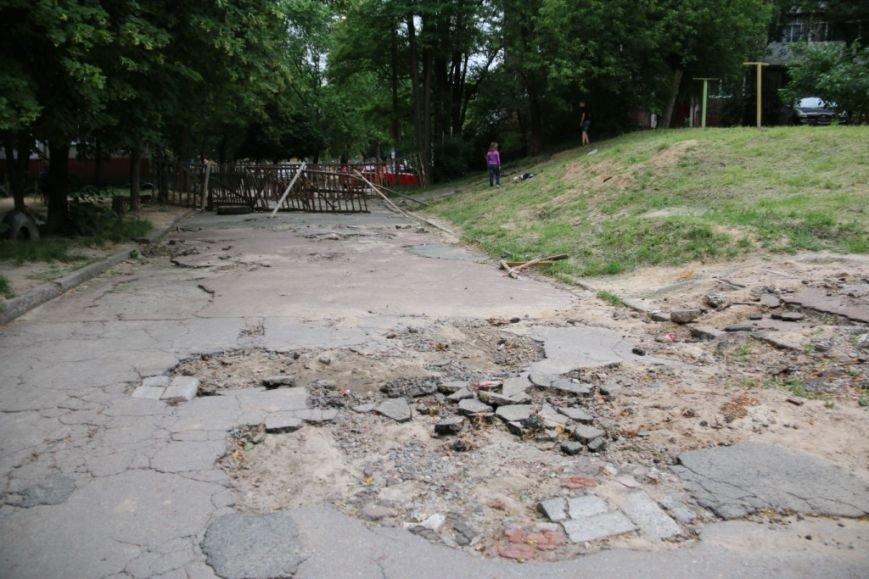 Ливневые потоки унесли асфальт в одном из черниговских дворов, фото-10