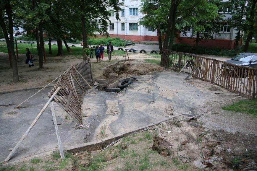 Ливневые потоки унесли асфальт в одном из черниговских дворов, фото-2