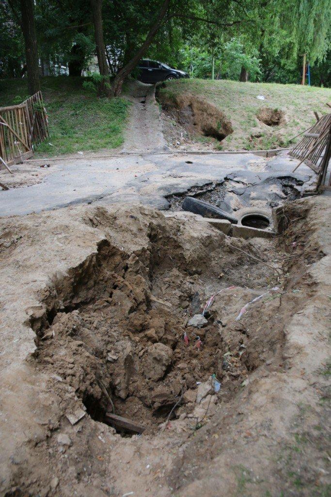 Ливневые потоки унесли асфальт в одном из черниговских дворов, фото-5