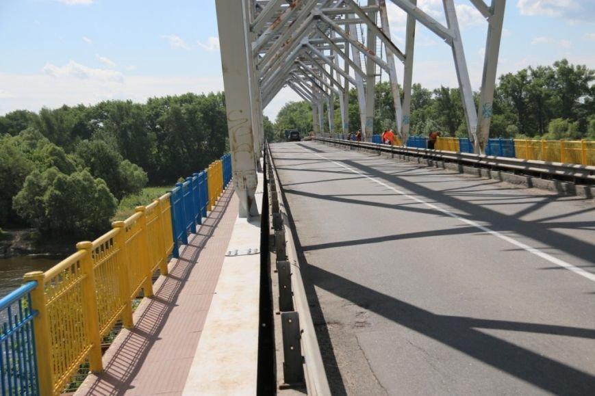 Автомобильный мост в Чернигове раскрасили в патриотические цвета, фото-16