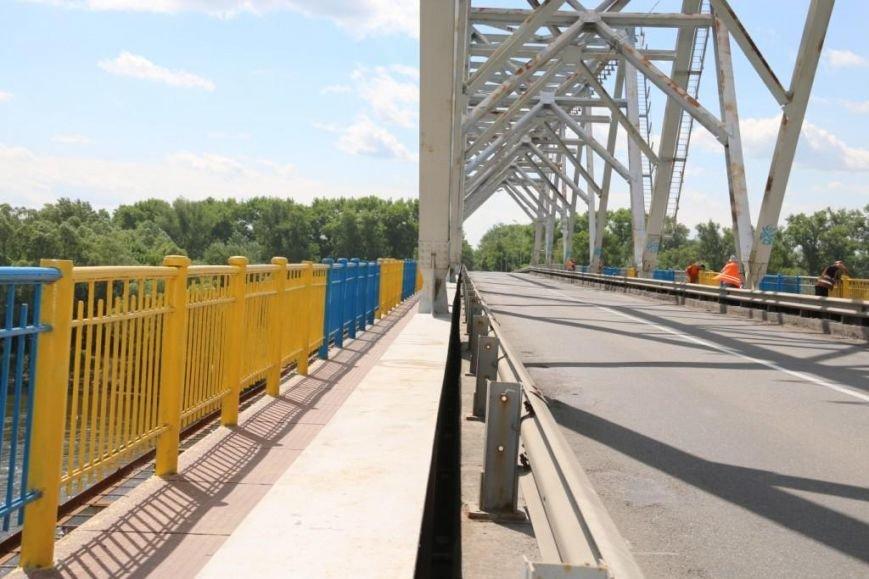 Автомобильный мост в Чернигове раскрасили в патриотические цвета, фото-19