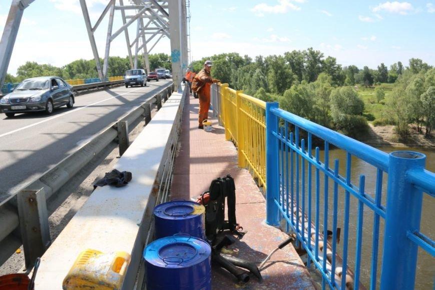 Автомобильный мост в Чернигове раскрасили в патриотические цвета, фото-10