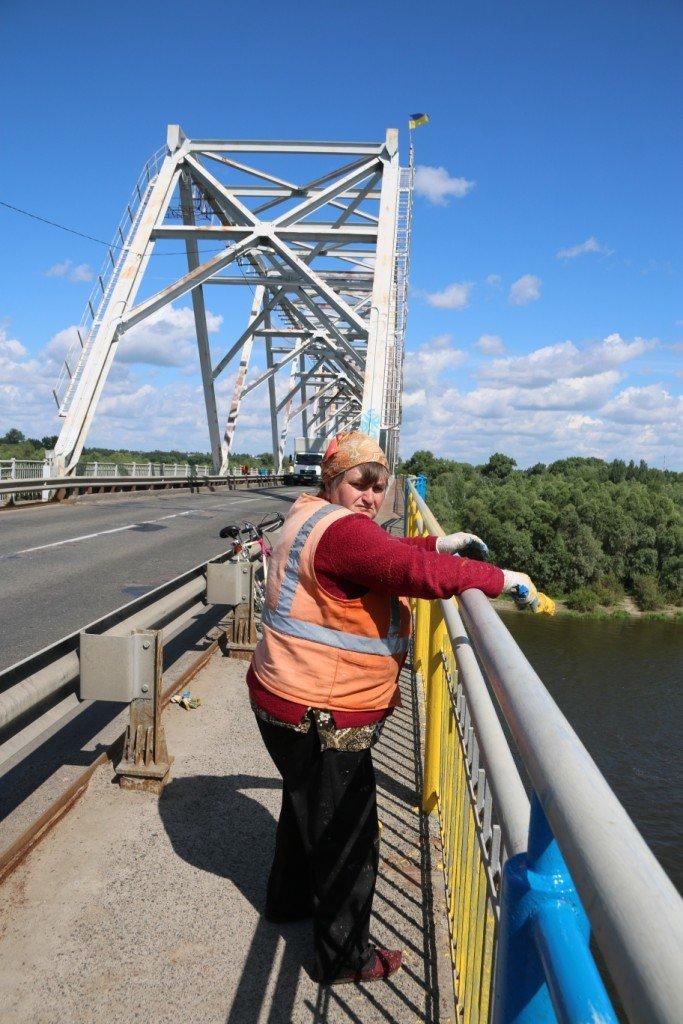 Автомобильный мост в Чернигове раскрасили в патриотические цвета, фото-2