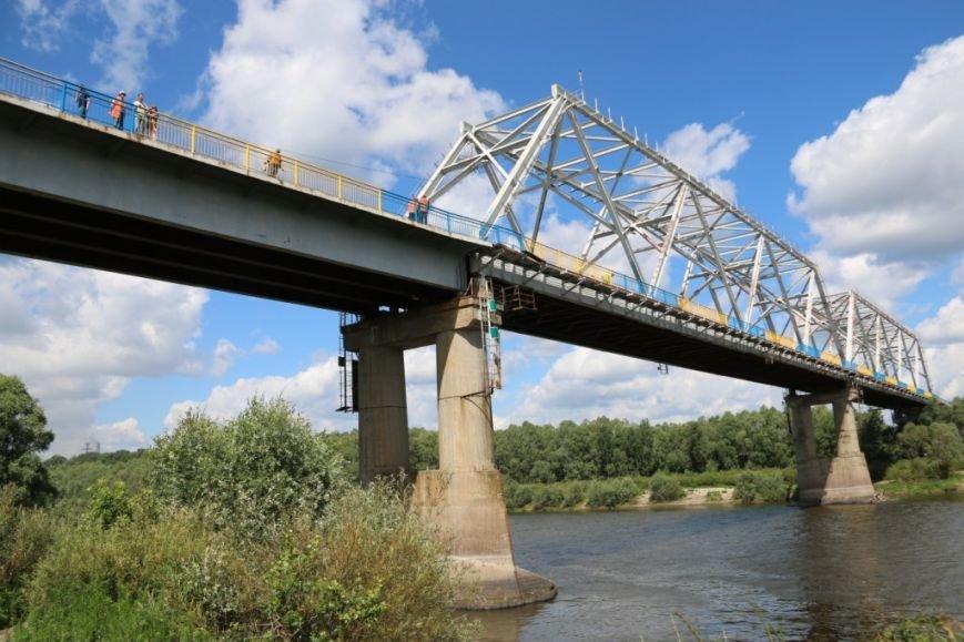 Автомобильный мост в Чернигове раскрасили в патриотические цвета, фото-15