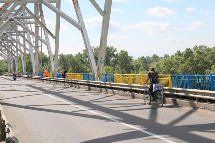 Автомобильный мост в Чернигове раскрасили в патриотические цвета, фото-17