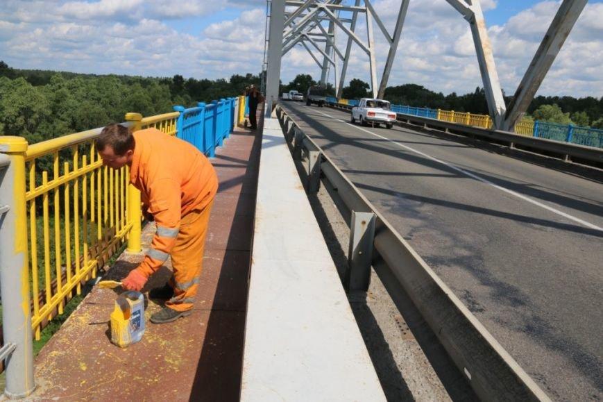 Автомобильный мост в Чернигове раскрасили в патриотические цвета, фото-12