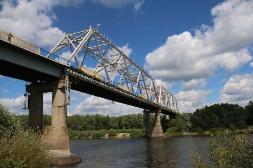 Автомобильный мост в Чернигове раскрасили в патриотические цвета, фото-14