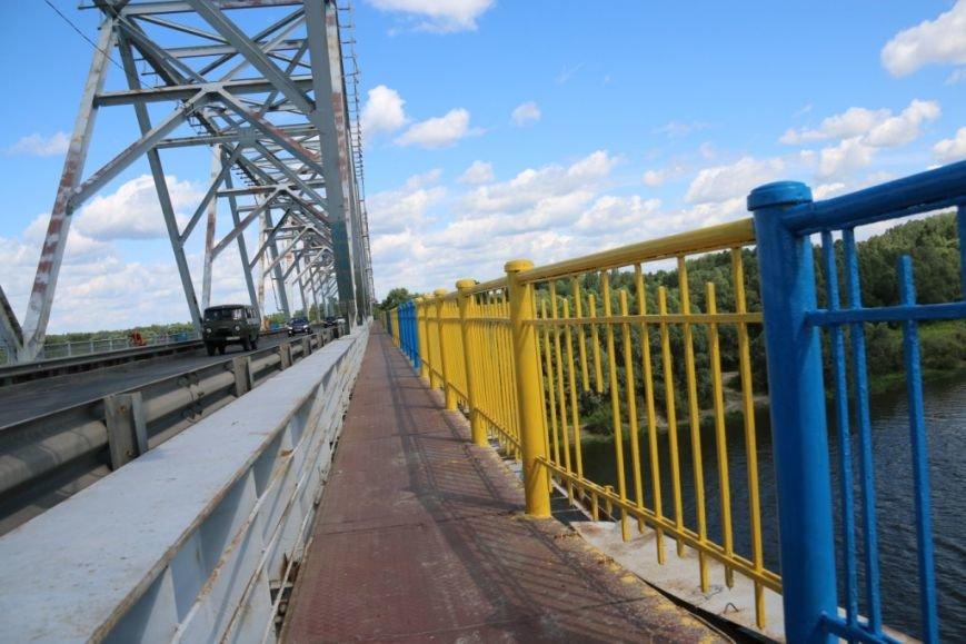 Автомобильный мост в Чернигове раскрасили в патриотические цвета, фото-5