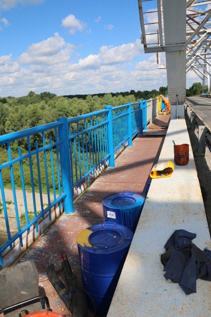 Автомобильный мост в Чернигове раскрасили в патриотические цвета, фото-6