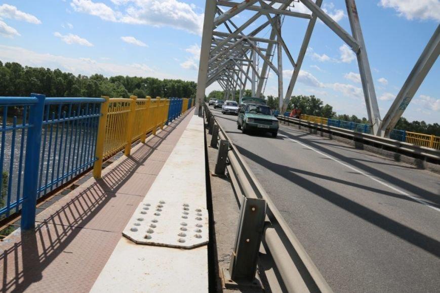 Автомобильный мост в Чернигове раскрасили в патриотические цвета, фото-18