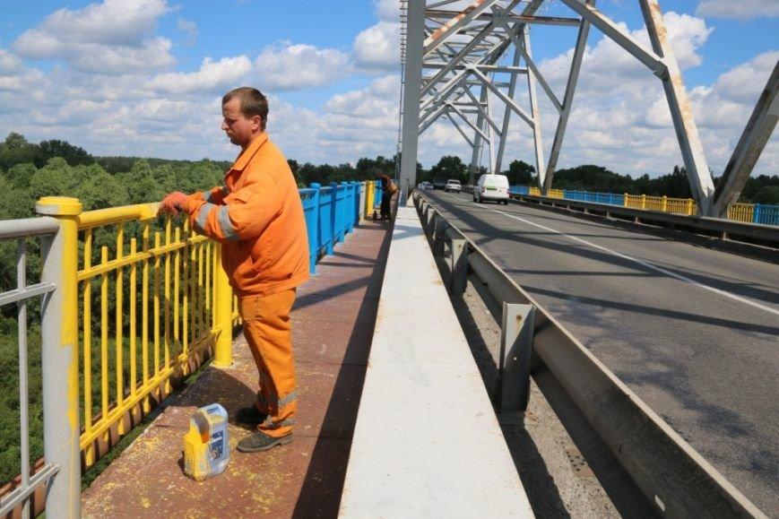 Автомобильный мост в Чернигове раскрасили в патриотические цвета, фото-13