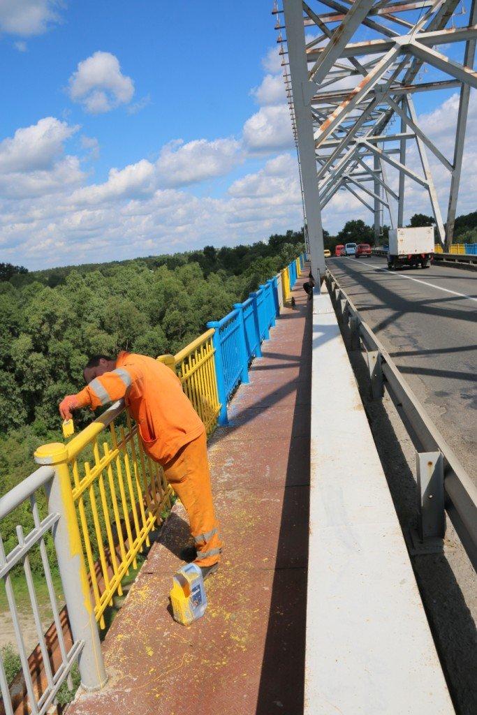 Автомобильный мост в Чернигове раскрасили в патриотические цвета, фото-11