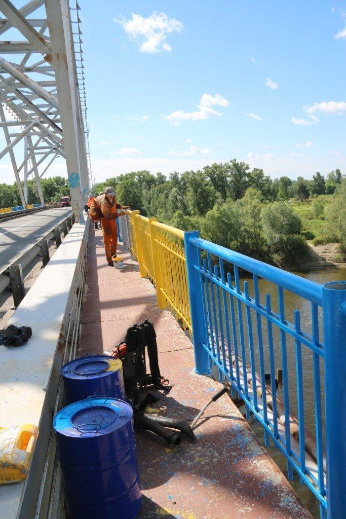 Автомобильный мост в Чернигове раскрасили в патриотические цвета, фото-9