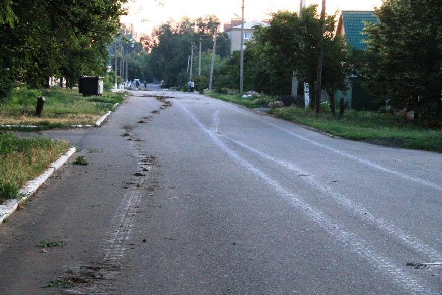 Последствия штурма танковой базы в Артемовске 20 июня: разбитые дороги, гильзы и пожар (ФОТО), фото-2