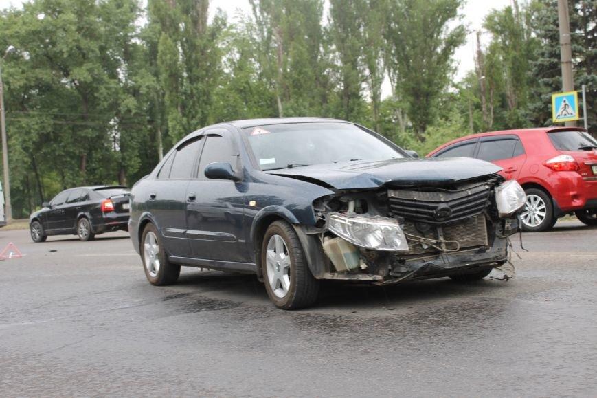 ДТП в Кривом Роге: от удара «Ниссана» «Шевроле» ударился в столб и отлетел ещё на  20 метров, фото-1