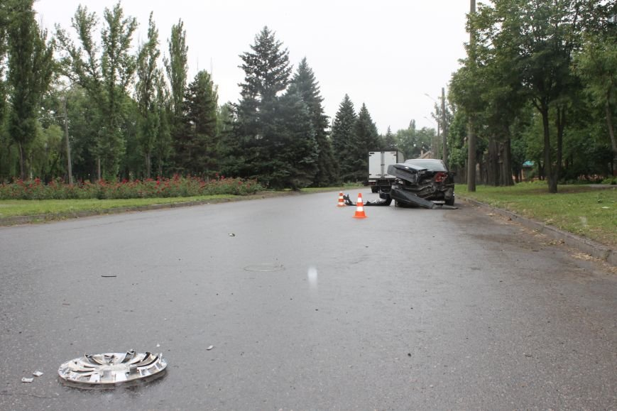 ДТП в Кривом Роге: от удара «Ниссана» «Шевроле» ударился в столб и отлетел ещё на  20 метров, фото-2