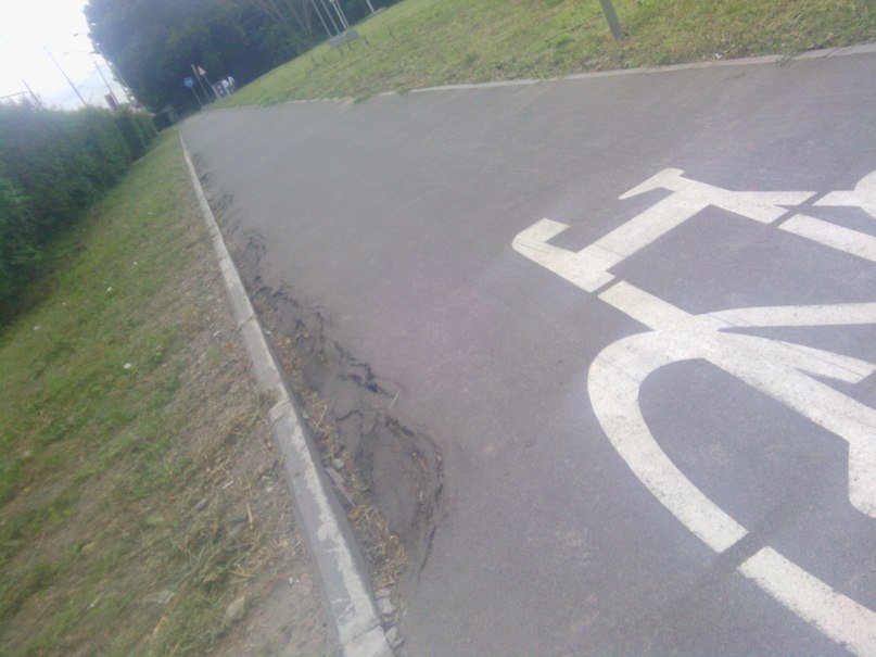Велодоріжка на вул. Липинського «тріщить по швам» (фотофакт), фото-1