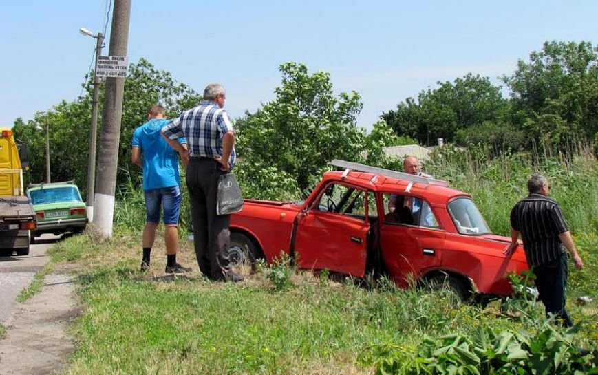 В Сартане женщина на легковушке  попала в аварию. Пострадало три человека (Фотофакт), фото-2