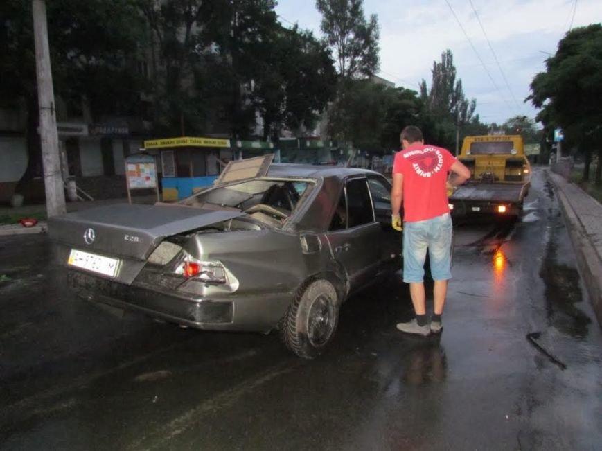 В Мариуполе  рано утром автомобиль «Мерседес» врезался в столб (Дополнено, ФОТО), фото-1