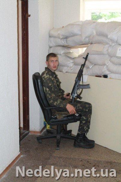 Захватчики Алчевского СБУ с удовольствием фотографируются на баррикадах (ФОТО), фото-3