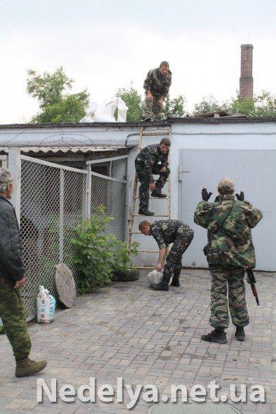Захватчики Алчевского СБУ с удовольствием фотографируются на баррикадах (ФОТО), фото-4