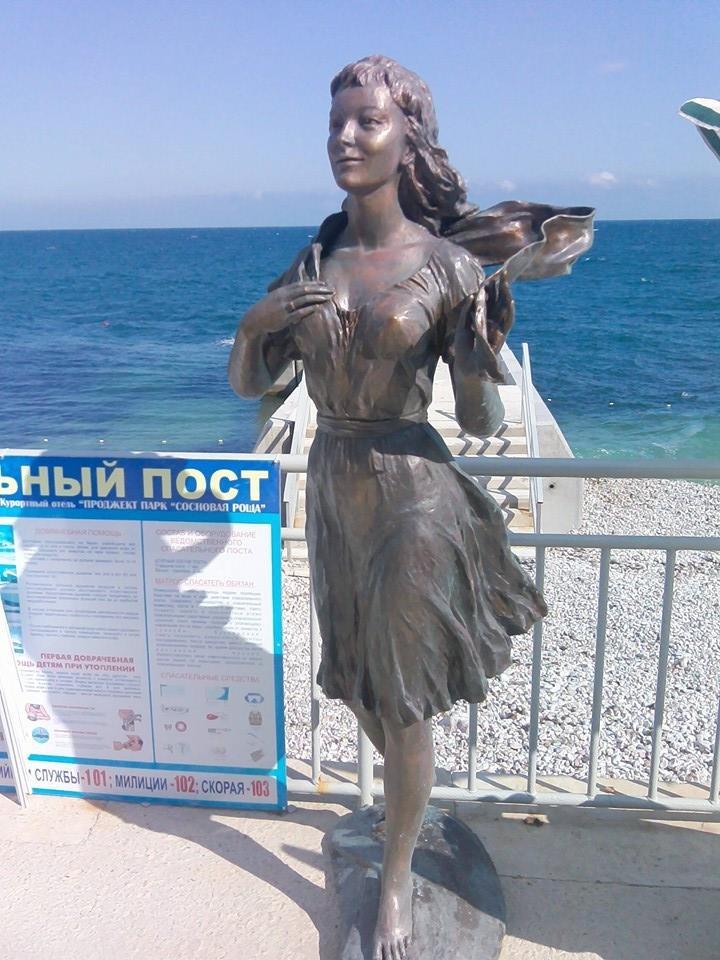 Не хлебом единым - в Гаспре установили скульптуры Ассоль и Грея (ФОТО), фото-1