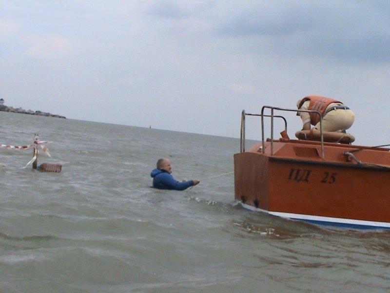 Мариупольские спасатели вытащили из моря  прибившуюся к берегу лодку (ФОТО), фото-4
