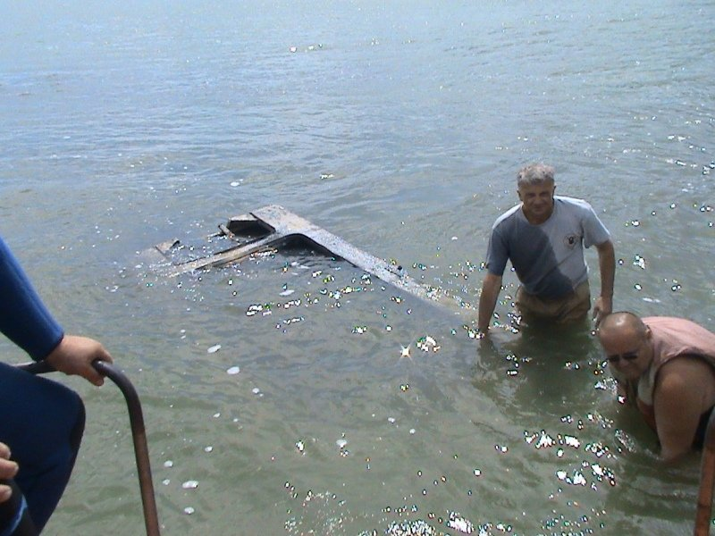Мариупольские спасатели вытащили из моря  прибившуюся к берегу лодку (ФОТО), фото-1