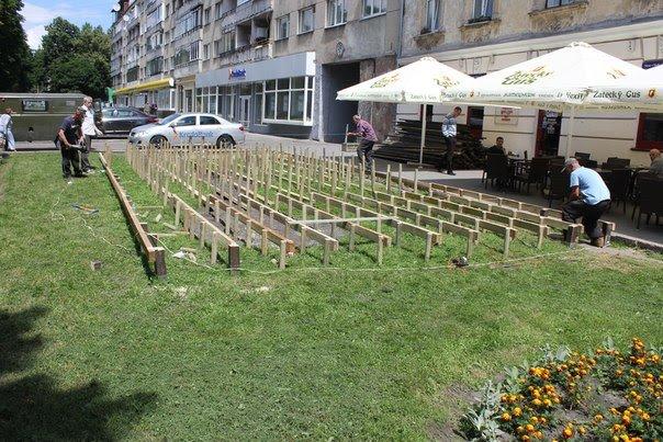 У Львові працівники піцерії зруйнували клумбу та встановили літній майданчик (ФОТО, ВІДЕО), фото-5