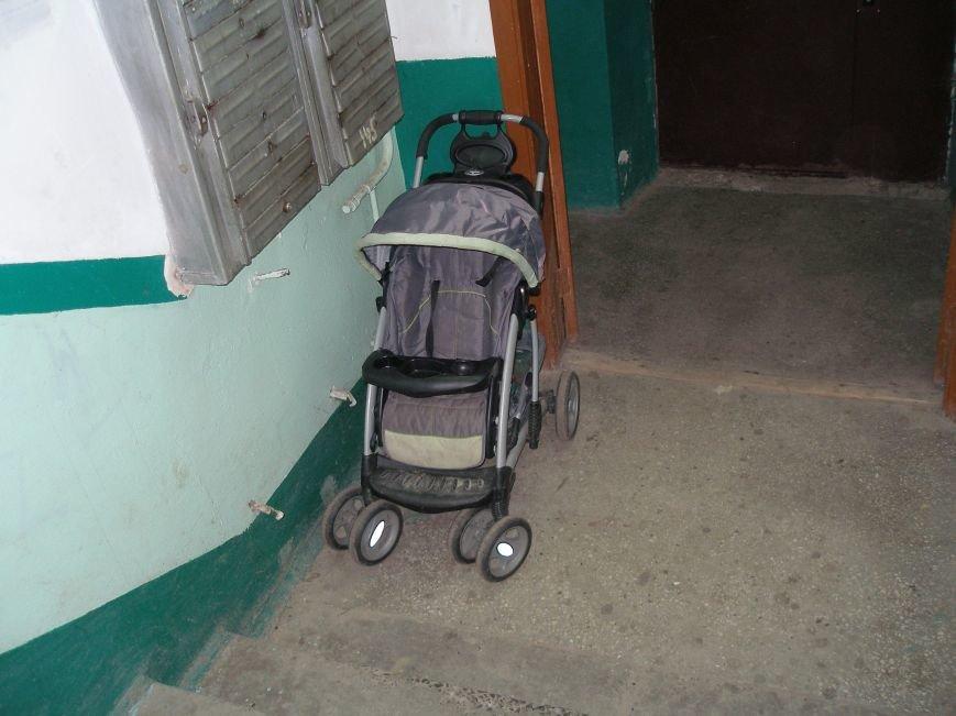 4 -  Тут люди лишають коляски нав__ть у п__дїзд__