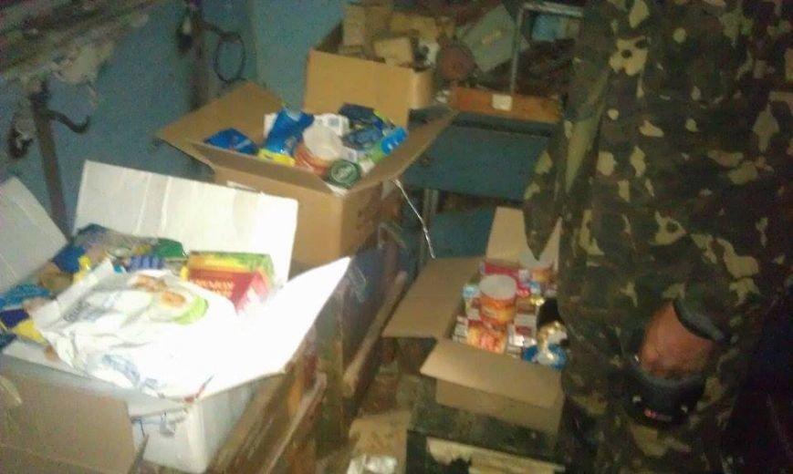 Украинским военным в луганском аэропорту переправили продукты и вещи - активист, фото-4