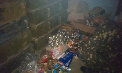 Украинским военным в луганском аэропорту переправили продукты и вещи - активист, фото-3