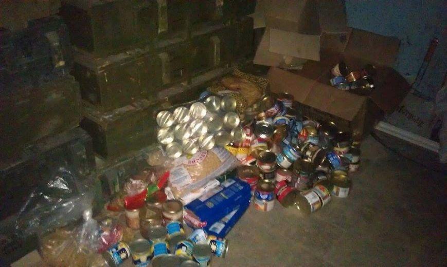 Украинским военным в луганском аэропорту переправили продукты и вещи - активист, фото-2