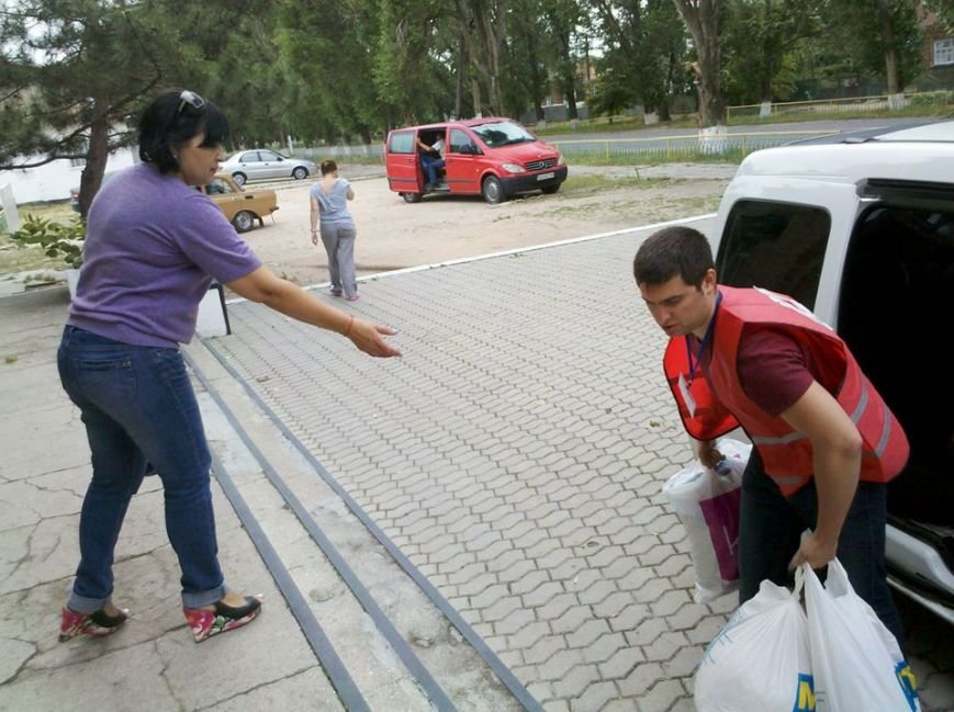 Мариупольцы продолжают помогать беженцам в Новоазовском районе (ФОТО), фото-2