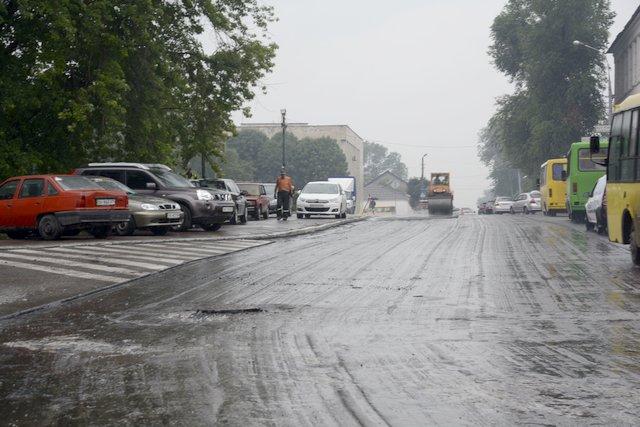 5 асфальт кладут в дождь