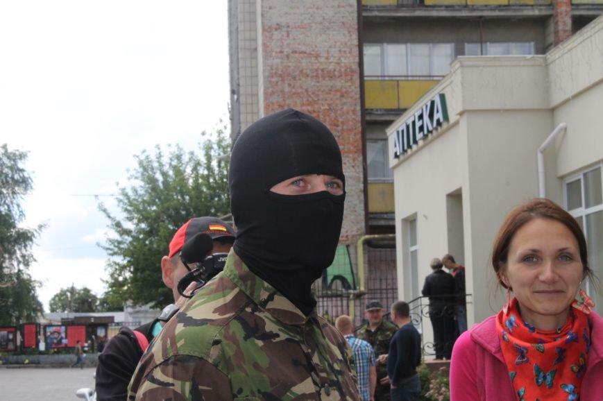 «Повертайтесь живими та здоровими» - Луцьк проводжає бійців «Правого сектору» на Схід, фото-2