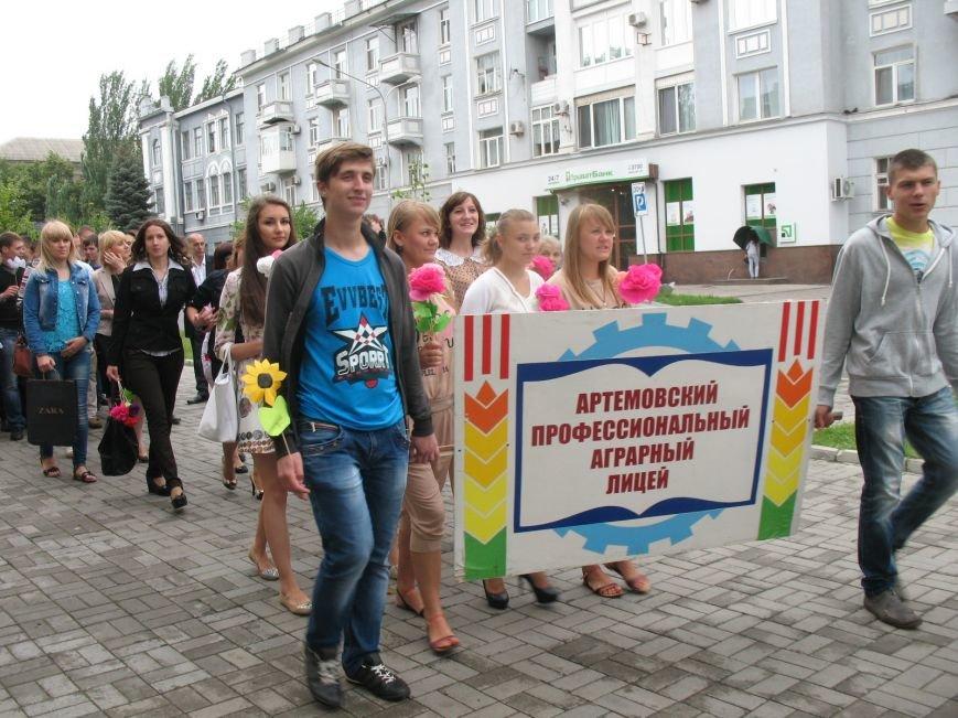 Дипломированные трактористы, парикмахеры и бухгалтеры прошли по Артемовску торжественным строем, фото-1