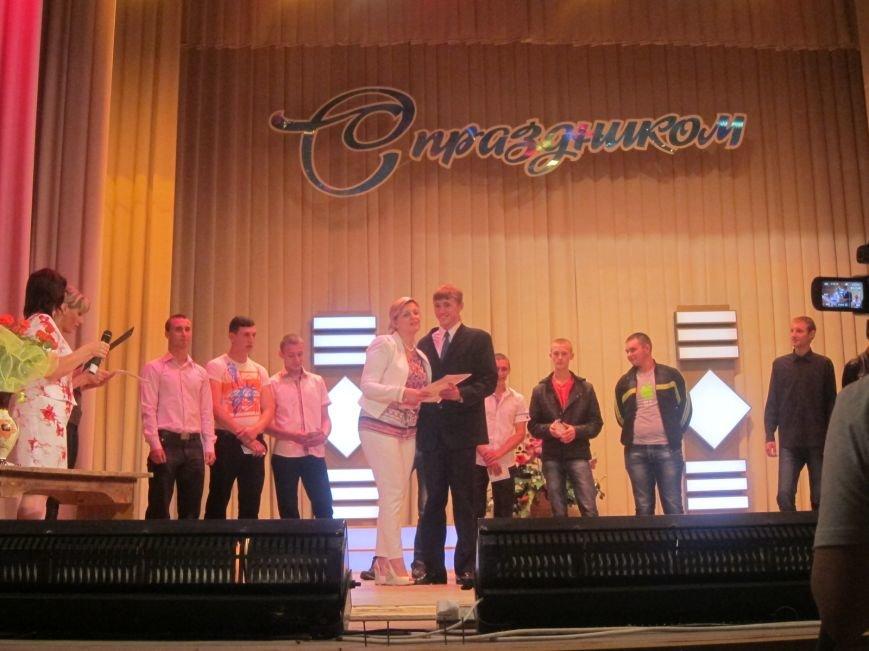 Дипломированные трактористы, парикмахеры и бухгалтеры прошли по Артемовску торжественным строем, фото-8