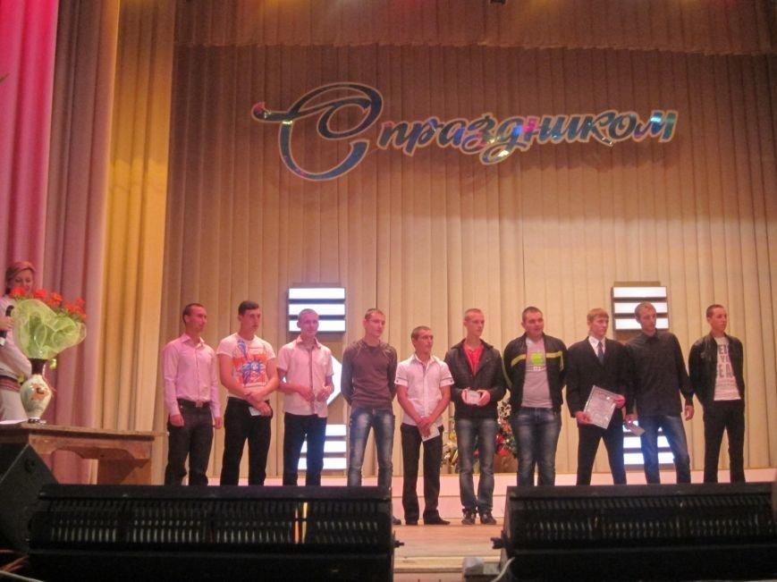 Дипломированные трактористы, парикмахеры и бухгалтеры прошли по Артемовску торжественным строем, фото-9