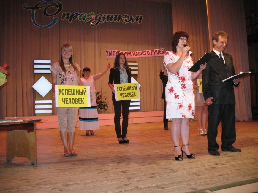 Дипломированные трактористы, парикмахеры и бухгалтеры прошли по Артемовску торжественным строем, фото-2