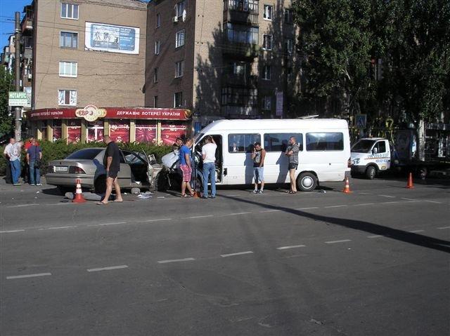 В Кривом Роге «Мерседес» влетел в маршрутку с пассажирами.  12 пострадавших (ФОТО, ДОПОЛНЕНО), фото-7