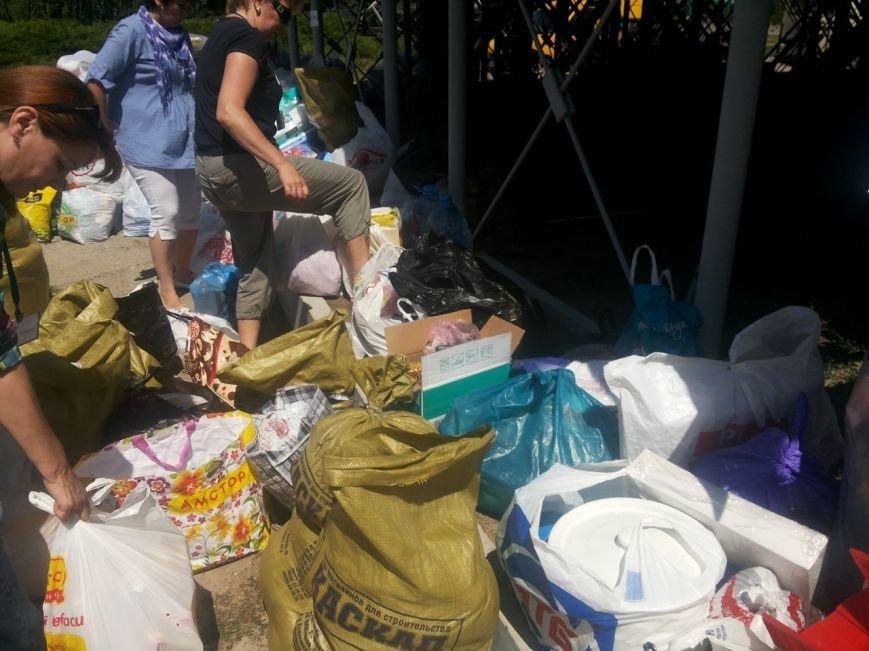 Мариупольцы собрали для беженцев из Славянска и Краматорска одежду, еду и медикаменты (ФОТОРЕПОРТАЖ), фото-19