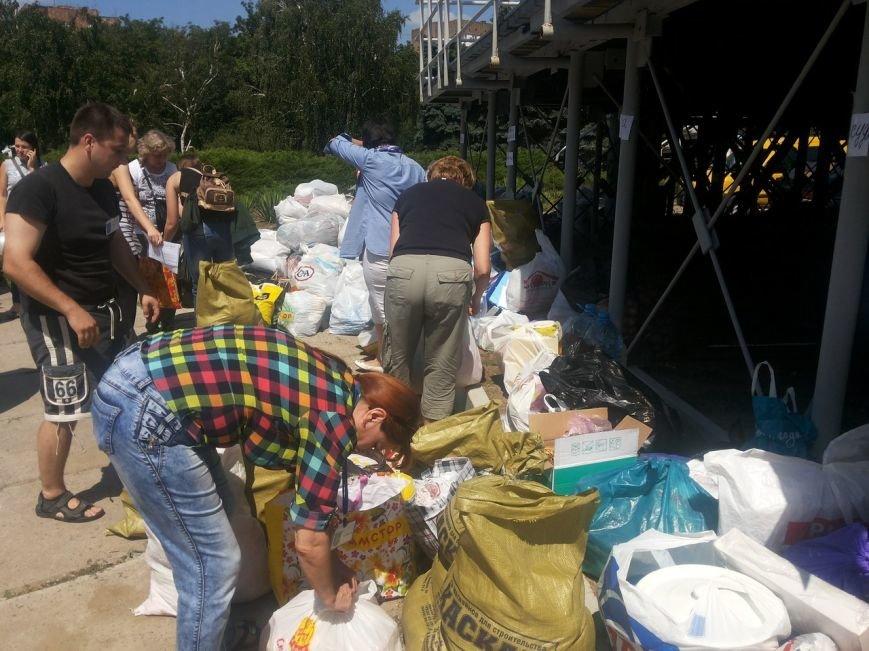 Мариупольцы собрали для беженцев из Славянска и Краматорска одежду, еду и медикаменты (ФОТОРЕПОРТАЖ), фото-8