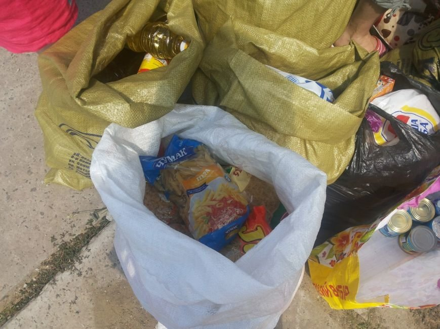 Мариупольцы собрали для беженцев из Славянска и Краматорска одежду, еду и медикаменты (ФОТОРЕПОРТАЖ), фото-24