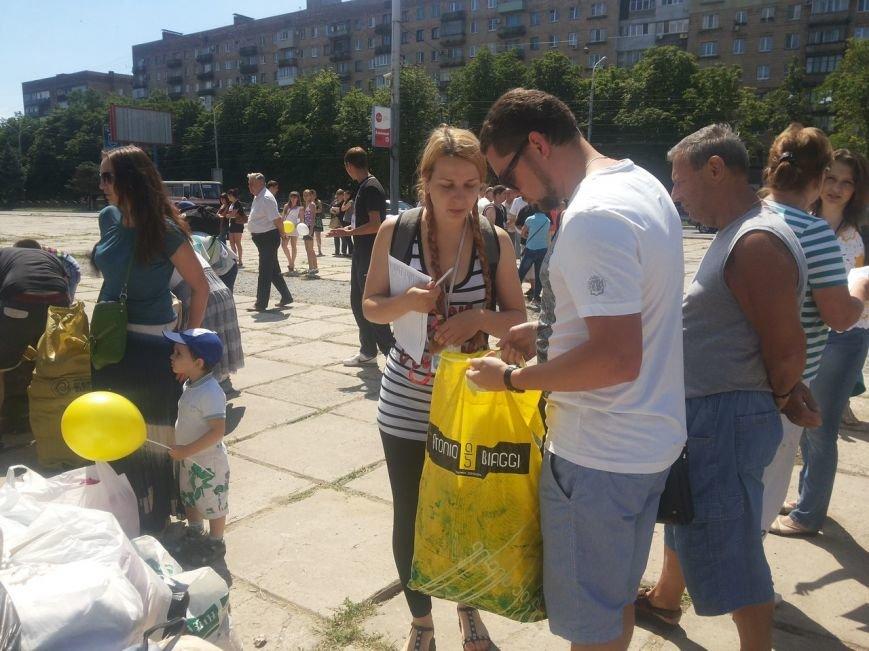 Мариупольцы собрали для беженцев из Славянска и Краматорска одежду, еду и медикаменты (ФОТОРЕПОРТАЖ), фото-28
