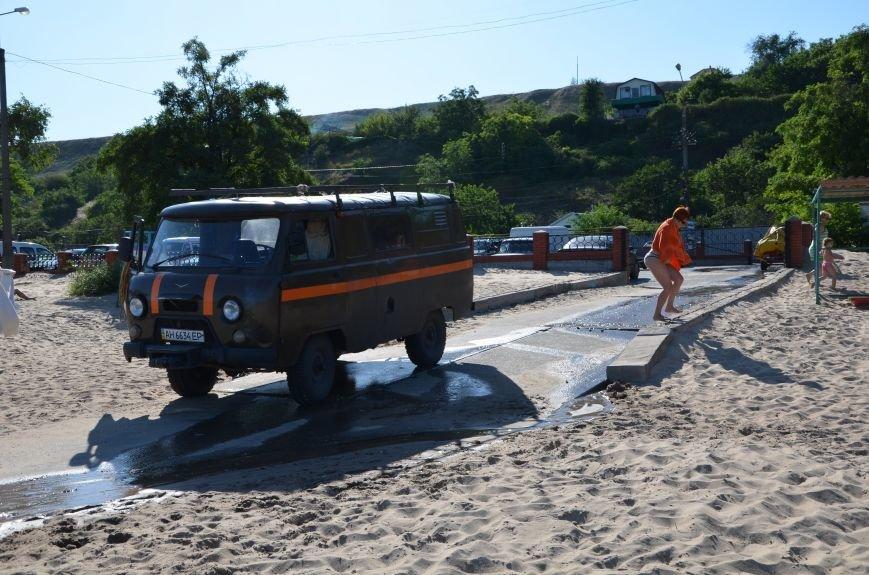В Мариуполе порыв водопровода затопил пляж (Фотофакт), фото-1